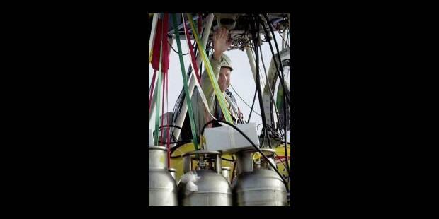 Steve Fossett réalise le premier tour du monde en ballon en solitaire - La Libre
