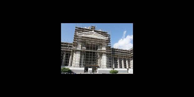 Les échafaudages du palais de Justice illégaux mais pas prêts d'être enlevés - La Libre