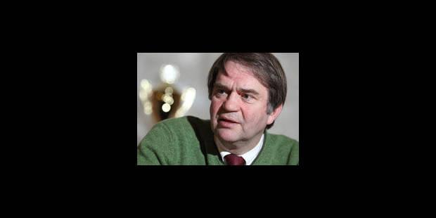 Pierre François remet le Standard au milieu du village - La Libre