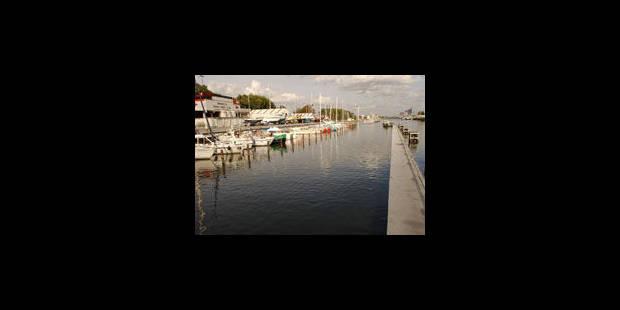 Voiture dans la canal à Molenbeek. Le rescapé serait le passager - La Libre