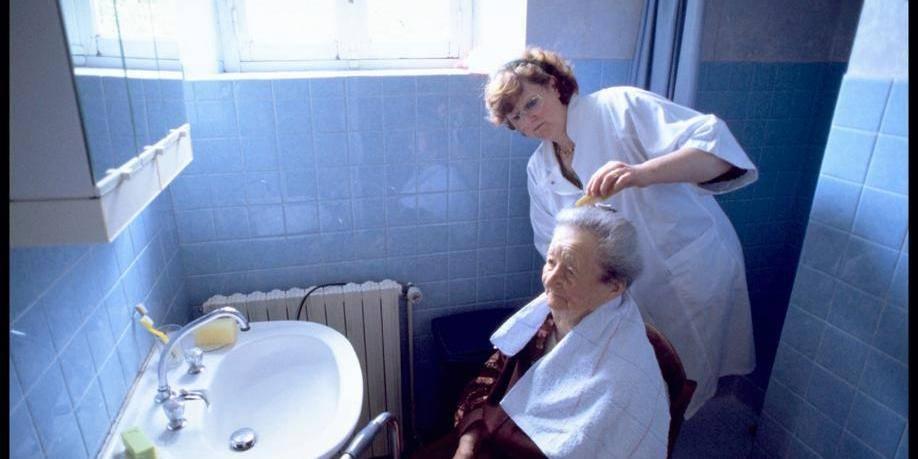 les aides soignantes vont assurer une partie des soins infirmiers domicile la libre. Black Bedroom Furniture Sets. Home Design Ideas
