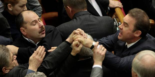 Ukraine: les députés en viennent aux mains au Parlement - La Libre