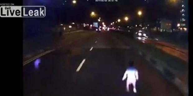 Un enfant traverse une grand route de nuit à Singapour - La Libre
