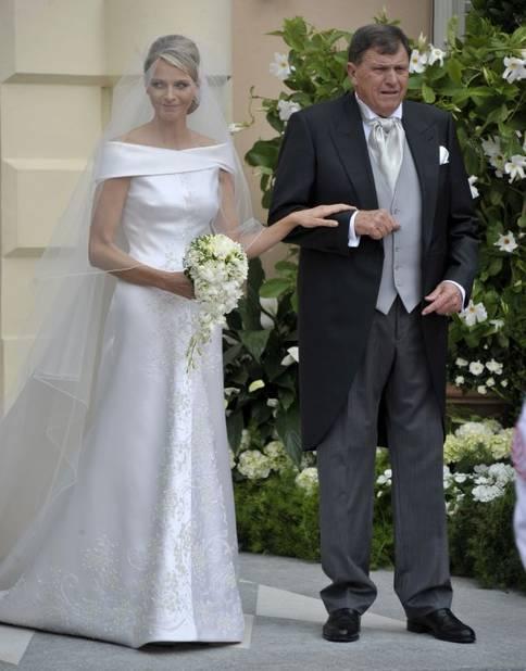 Charlene Wittstock a jeté son dévolu sur une création Armani. En chiffres, cela donne 2500 heures de travail, 5 mètres de traîne, 20 000 larmes de nacre, 30 000 pierres et 40 000 cristaux Swarovski. Princess Charlene, Michael Wittstock