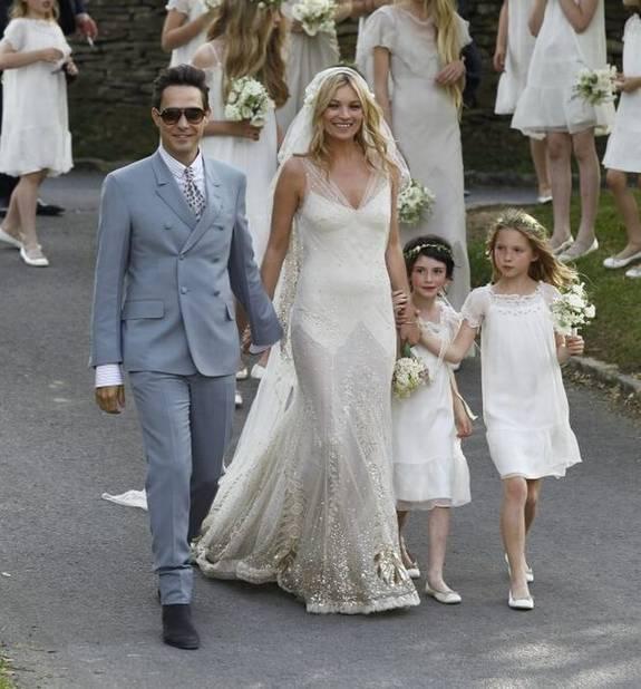 Style less is more pour le mariage champêtre de Kate Moss. C'est son ami John Galliano qui lui dessiné cette robe en dentelle.