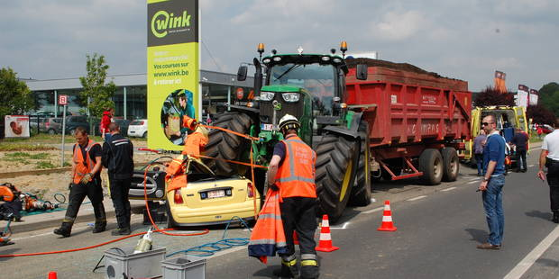Spectaculaire accident entre une Mini et un tracteur à Wavre - La Libre