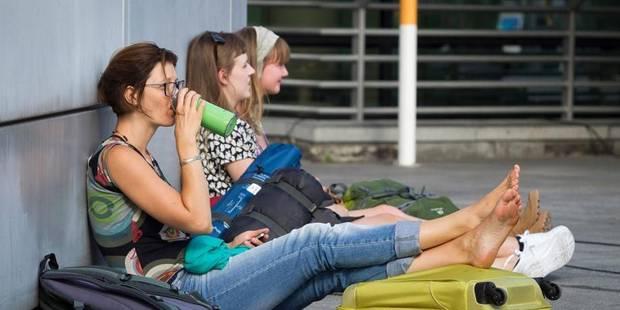 Espace aérien fermé: Une centaine de personnes ont dormi à l'aéroport - La Libre