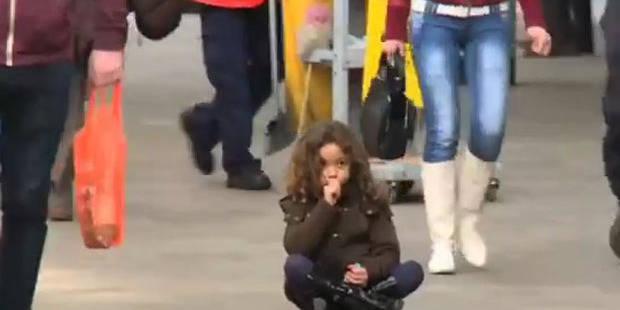Un enfant perdu dans la rue: la réaction troublante des gens - La Libre