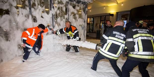 Namur: des pompiers aspergent l'Hôtel de Ville de mousse - La Libre