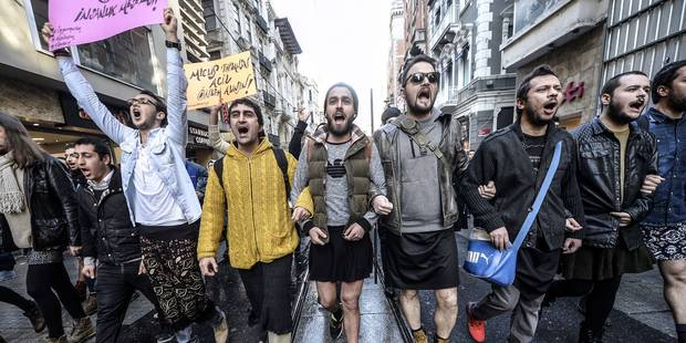 Turquie: des hommes manifestent en jupe pour dénoncer les violences sexistes - La Libre