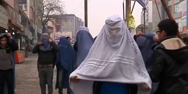 Afghanistan : des hommes se sont promenés dans les rues en burqa - La Libre