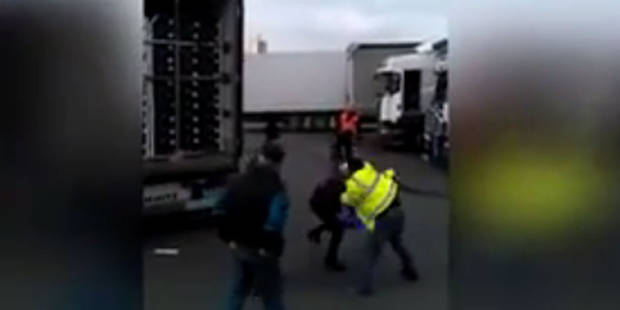 La vidéo choquante de migrants tabassés par un camionneur à Calais - La Libre