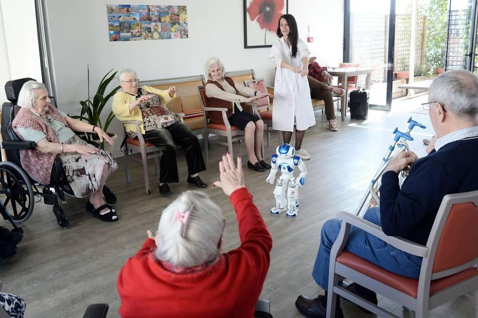 le robot zora coach pour seniors dans une maison de retraite la libre. Black Bedroom Furniture Sets. Home Design Ideas