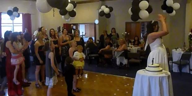 Elle lâche un bébé pour attraper le bouquet de la mariée - La Libre
