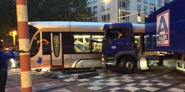 Forest: grave accident entre un tram et un camion - La Libre