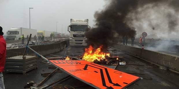 Grève générale à Liège: feux allumés et chaussées abîmées sur la E40, la région wallonne porte plainte - La Libre