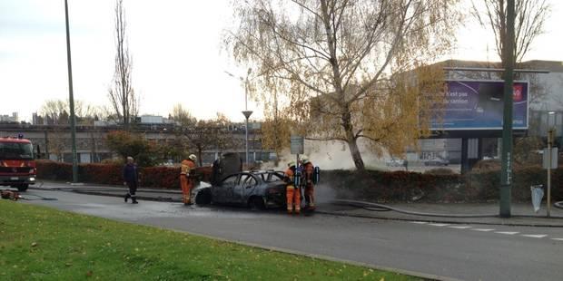 Une voiture en feu près du Woluwe Shopping Center - La Libre