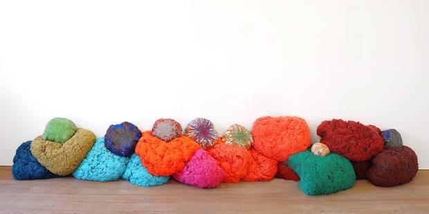 L'éclat et la chaleur des textiles de Sheila Hicks - La Libre