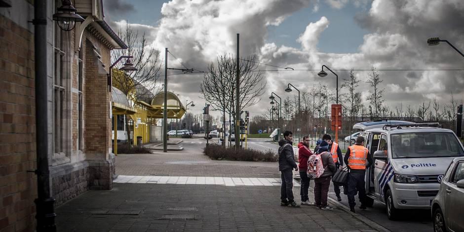 Sur la route des réfugiés: à La Panne, les contrôles d'identité s'effectuent aussi en gare (PHOTOS) - La Libre