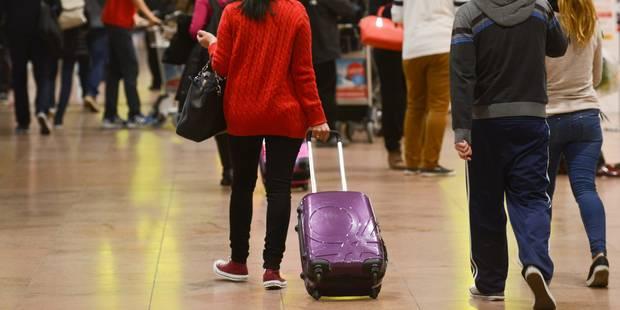 Dans un vol Istanbul-Paris, une femme chache une petite haïtienne dans un sac - La Libre