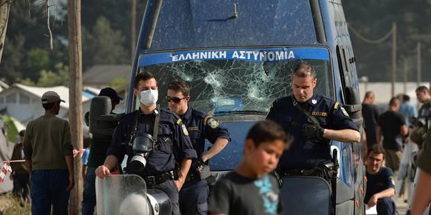 Un fourgon de police grec vandalisé par des migrants au camp d'Idomeni - La Libre