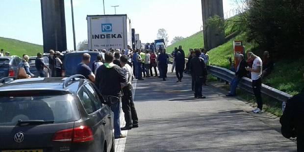 Un camion contenant de l'acide accidenté sur l'E411, circulation toujours difficile - La Libre