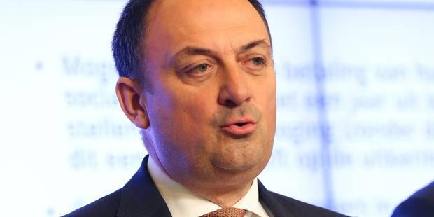 Le ministre Borsus interrompu par les agriculteurs à Walcourt - La Libre