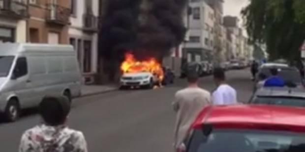 Deux voitures de police incendiées à Molenbeek (VIDEO) - La Libre