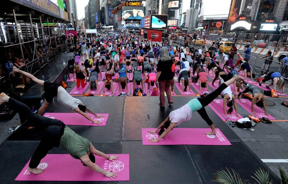 des milliers de fans de yoga c l brent l 39 t travers le monde la libre. Black Bedroom Furniture Sets. Home Design Ideas