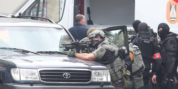 """Fausse alerte dans le centre de Bruxelles: """"L'homme au manteau"""" (Commentaire) - La Libre"""