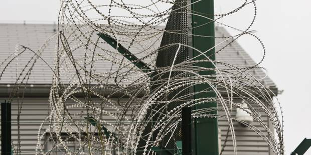 """""""Tu auras de la chance si tu survis"""" : une femme emprisonnée par erreur avec des hommes porte plainte - La Libre"""