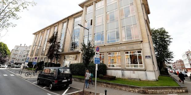 Etterbeek : des élèves obligés de manger par terre faute de place - La Libre