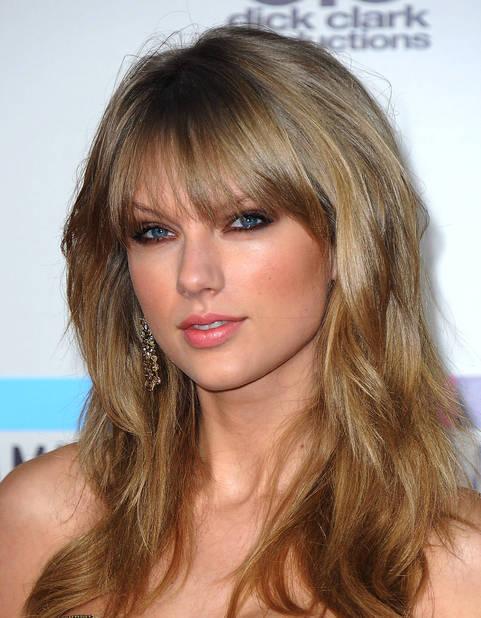 Chevelure wild, yeux charbonneux et toujours country girl en novembre 2013 au American Music Awards