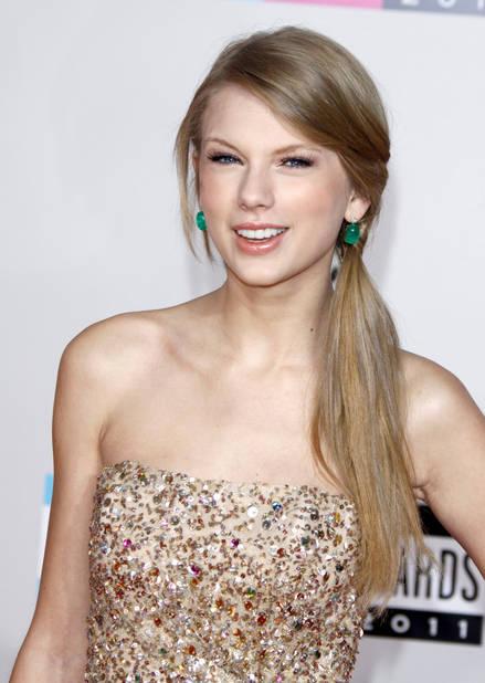 1 an après, en novembre 2011, elle passe au glitetr, un style qui la définit encore maintenant.