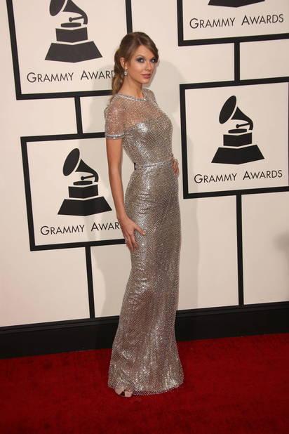 En janvier 2014, elle est en fourreau pour les Grammy Awards, son style se professionnalise