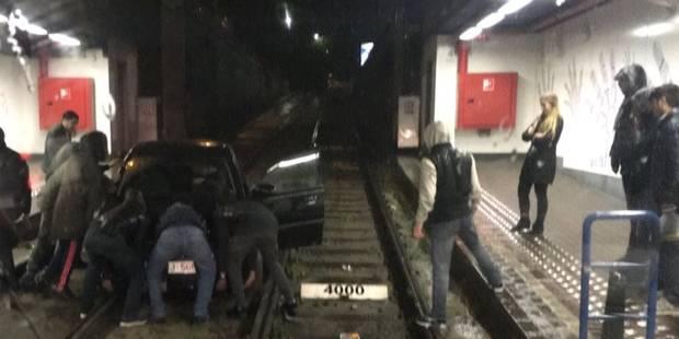 Bruxelles: une voiture se retrouve sur les rails du tram de la station Lemonnier (PHOTOS) - La Libre
