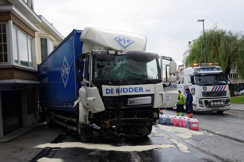 accident de camion spectaculaire uccle photos la libre. Black Bedroom Furniture Sets. Home Design Ideas