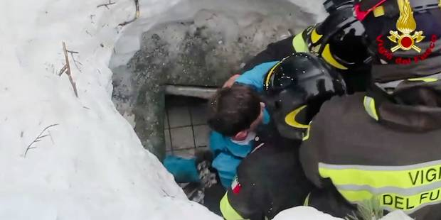 Les images des survivants sortis de l'hôtel italien enseveli dans une avalanche (VIDEO) - La Libre