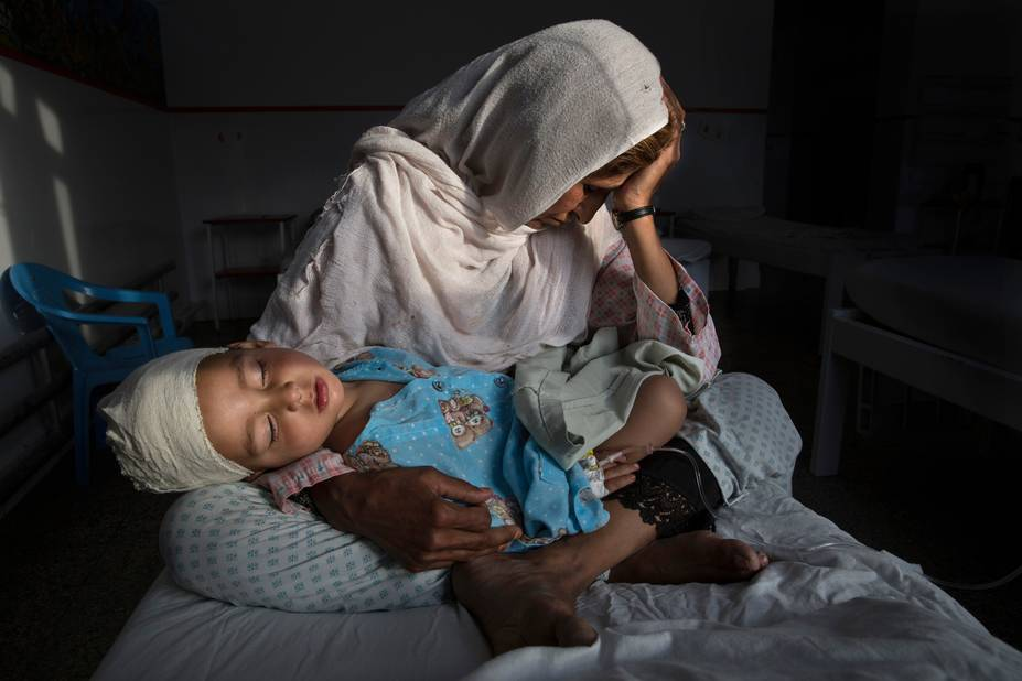 ***1er prix Daily Life*** Singles  Najiba tient son neveu de 2 ans, blessé lors d'un bombardement à Kaboul le 29 mars 2016