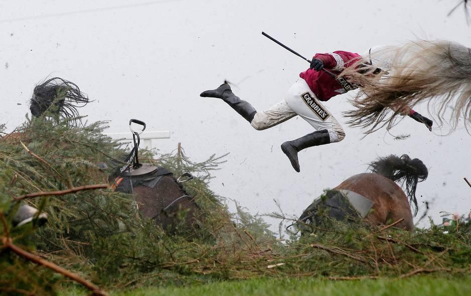 ***1er prix Sport***  Le jockey Nina Carberry s'envole alors que son cheval tombe lors d'une compétition de saut d'obstacles à Liverpool le 9 avril 2016