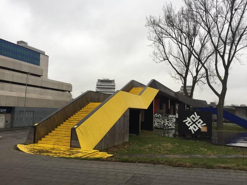 A quelques centaines de mètres de la gare centrale, la passerelle du  Luchtsingel a permis de reconnecter le centre-ville et les quartiers nord de Rotterdam. Fruit d'une consultation populaire, le projet a redynamisé cette zone.