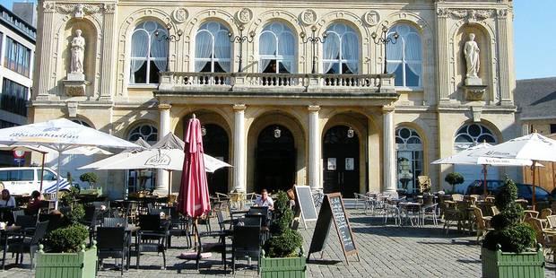 Namur camoufle les pubs sous ses parasols - La Libre
