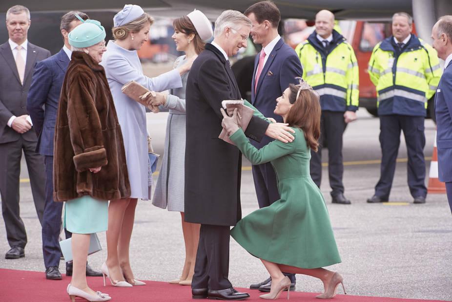 Une révérence très basse de Marie pour honorer le roi Philippe.
