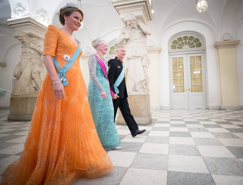 La reine Mathilde habillée pour le dîner de gala.