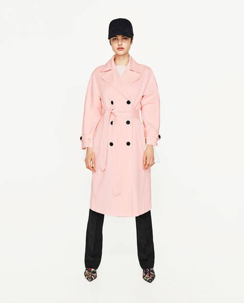 En rose, couleur tendance du printemps. Trench à manches évasées,  Zara, 69,95€