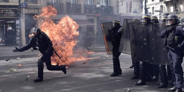 Des heurts éclatent à Paris en marge des manifestations du premier mai, 6 policiers blessés dont un grave (Vidéo et phot...