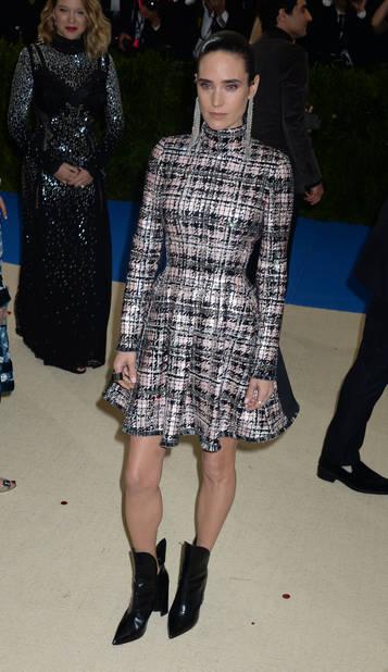 Jennifer Connelly, court vêtue en Louis Vuitton, pour mieux voir ses boots must-have de la même maison ?