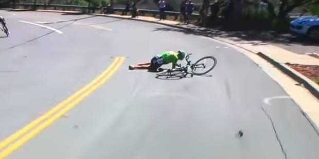 Victime d'une lourde chute, ce coureur cycliste tente de repartir mais n'aurait pas dû (VIDEO) - La Libre