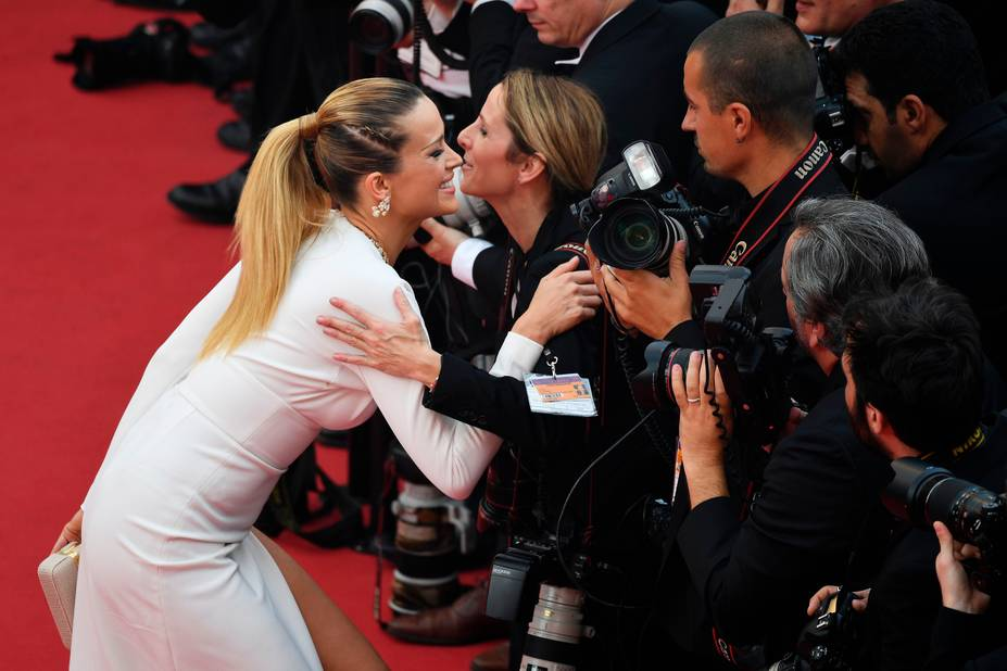 Une photographe qu'elle n'hésite pas à embrasser malgré un décolleté vertigineux !