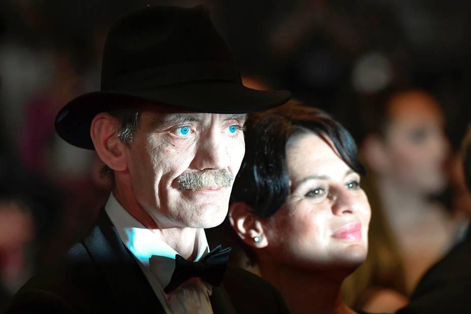 T'as de beaux yeux tu sais ? l'acteur allemand Meinhard Neumann et l'actrice Veneta fragnova arrivent sous les projecteurs pour